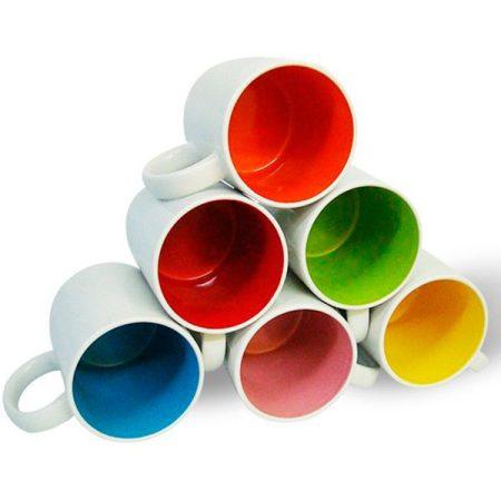 Бяла чаша с цветна вътрешност