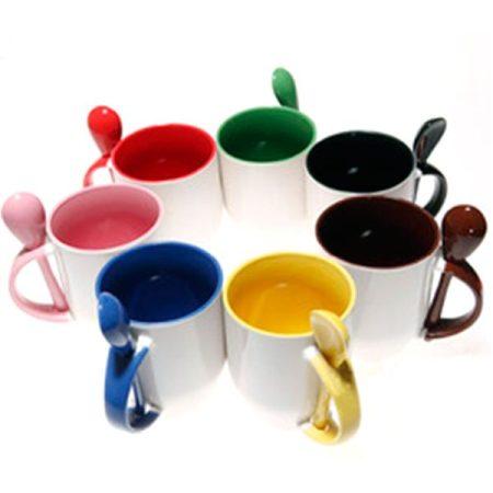 Бяла чаша с цветна вътрешност, дръжка и лъжичка